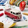 Nähmobil Nadelkissen VW Bus rot auf dem Tisch mit Nähsachen – corpus delicti design Hamburg – Wir machen Geschenke