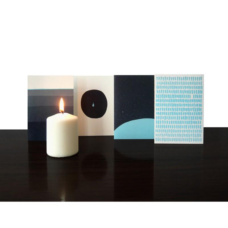 Trauerkarten 4-er Set alle 4 Motive auf dem Tisch stehend mit Kerze – corpus delicti design Hamburg – Wir machen Geschenke
