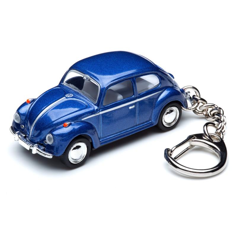 Schlüsselanhänger VW Volkswagen Käfer blau auf dem Tisch Ansicht schräg von vorn – corpus delicti design Hamburg – Wir machen Geschenke