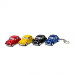 Schlüsselanhänger VW Volkswagen Käfer blau mit Schlüssel auf dem Tisch Ansicht schräg von vorn – corpus delicti design Hamburg – Wir machen Geschenke