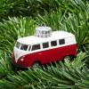 Christbaumschmuck VW Bus rot auf Tannengrün – corpus delicti design Hamburg – Wir machen Geschenke