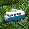 Christbaumschmuck VW Bus blau auf Tannengrün – corpus delicti design Hamburg – Wir machen Geschenke