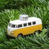 Christbaumschmuck VW Bus gelb auf Tannengrün – corpus delicti design Hamburg – Wir machen Geschenke