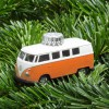 Christbaumschmuck VW Bus orange auf Tannengrün – corpus delicti design Hamburg – Wir machen Geschenke