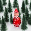 Weihnachtsmann mit Wackelkopf im Wald zwischen Tannen – corpus delicti design Hamburg – Wir machen Geschenke